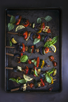Vegetables kebabs on a baking tray with fresh basil and lemon 22199091672| 写真素材・ストックフォト・画像・イラスト素材|アマナイメージズ