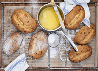 Several stollen with melted butter and powdered sugar on a cooling rack 22199091679| 写真素材・ストックフォト・画像・イラスト素材|アマナイメージズ