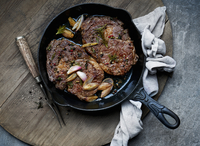 Roasted ribeye steaks in a cast iron pan (top view) 22199091681| 写真素材・ストックフォト・画像・イラスト素材|アマナイメージズ