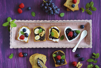 Sweet canapes made of rusk with fresh fruits and mint 22199091692| 写真素材・ストックフォト・画像・イラスト素材|アマナイメージズ
