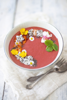 A strawberry smoothie bowl with banana, oats, dragon fruit and edible flowers (vegan) 22199093154| 写真素材・ストックフォト・画像・イラスト素材|アマナイメージズ