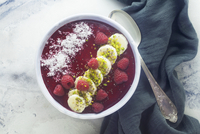 A raspberry smoothie bowl with bananas and coconut 22199093261| 写真素材・ストックフォト・画像・イラスト素材|アマナイメージズ