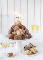 Mini doughnut bites for New Year's Eve with sparklers 22199093304| 写真素材・ストックフォト・画像・イラスト素材|アマナイメージズ
