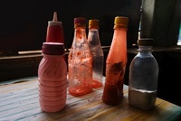 Tomato ketchup and vinegar bottles in fish and chips shop, N 22206002818| 写真素材・ストックフォト・画像・イラスト素材|アマナイメージズ