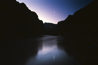 A crescent moon hangs in the sky after sunset over the Colorado River in Grand Canyon National Park. 22206003905| 写真素材・ストックフォト・画像・イラスト素材|アマナイメージズ