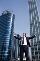 Businessman With Arms Outstretched In The City 22215000163| 写真素材・ストックフォト・画像・イラスト素材|アマナイメージズ