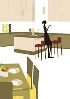 キッチンでくるろぐ女性 22987000140  写真素材・ストックフォト・画像・イラスト素材 アマナイメージズ