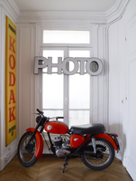 Vintage motorbike with shop signs in hallway of French apartment 25937008786| 写真素材・ストックフォト・画像・イラスト素材|アマナイメージズ