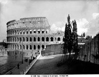Colosseum and the Avenue of the Imperial Forums in Rome 26144000497| 写真素材・ストックフォト・画像・イラスト素材|アマナイメージズ