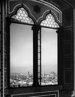 Panorama of Florence taken from a mullioned window of palazz 26144000500| 写真素材・ストックフォト・画像・イラスト素材|アマナイメージズ
