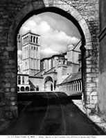 The Basilica of San Francesco, seen from the entrance arch o 26144000501| 写真素材・ストックフォト・画像・イラスト素材|アマナイメージズ