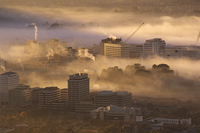 Morning fog hanging over the centre of the city Canberra, Au 32273001185| 写真素材・ストックフォト・画像・イラスト素材|アマナイメージズ