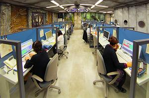 恐竜たちに囲まれたコールセンターでは、オペレータが自社システムを駆使してコール業務を進めます。