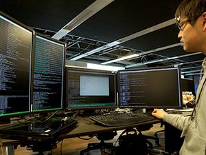 ハイスペックモニターや高機能デスクチェアなど、集中して作業できる環境を整えています。