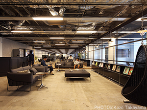 自由に仮眠もできる休憩スペース。自販機、オフィスコンビニは一部会社負担で割安です。