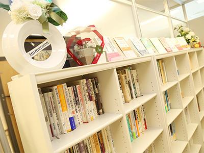 オフィスには経営に関する書籍がずらり。当社代表が書いた本もあります。
