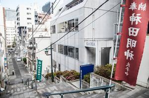窓からは連日「男坂」をダッシュで駆け上がるラブライバーたちの姿を観察することができます。