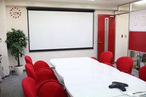 赤と白を基調とした明るいオフィス風景です♪