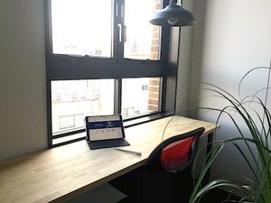 オフィス内。窓からは少し海も見えます。