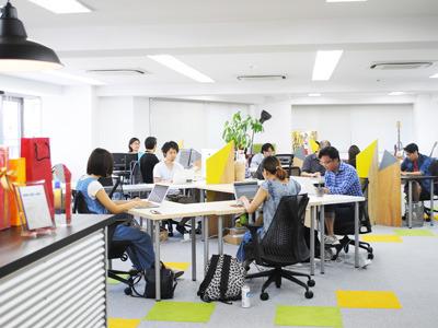 社員10名、インターン10名と、学生が多い環境です