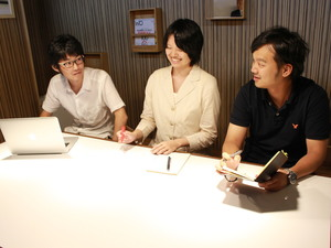 ミーティング中です!机がホワイトボードになっており、アイディアをここに書きだしていきます!