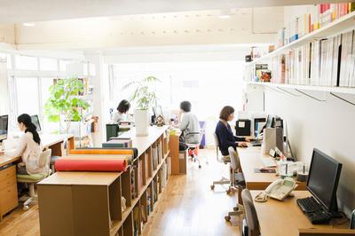 リノベーションビルのクリエイティブで、アットホームなオフィス