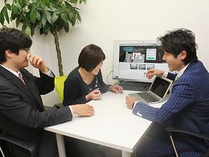 社員と代表の後藤でミーティング中!和気あいあいと仕事をしています。
