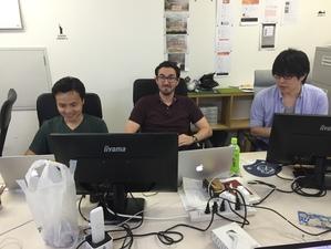 多国籍な開発チームです(写真右から米国、スペイン、日本)