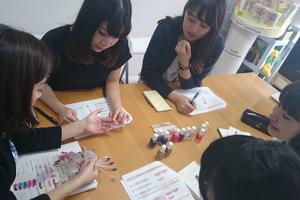 社内研修や検討会、企画会議も盛んに行われています☆ プロの先輩方から就活に役立つ情報やふだんの生活に役立つ情報も教えてもらえます!
