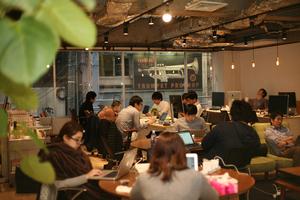 カフェのような空間でリラックスして仕事ができます。