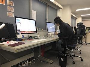 オフィスの雰囲気。基本iMacを使って開発。社員の髪の寝癖が気になる