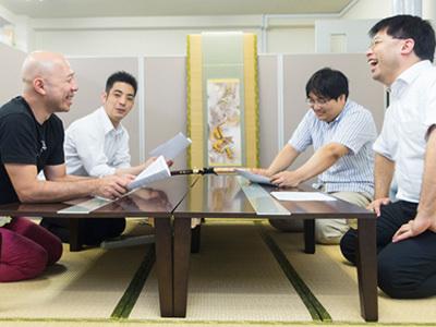 和室のミーティングルームで打ち合わせ!!良いアディアはちょっとした会話から生まれます!!