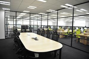 スタッフは全部で60名ほど。オフィスもキレイです!