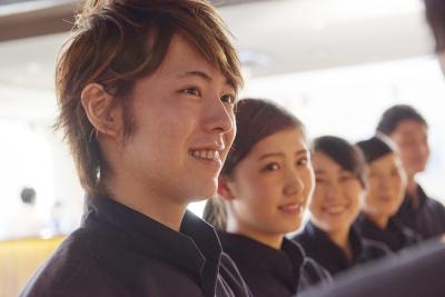 私たちと一緒に店を盛り上げてください!未経験にも関わらず、月給26万円~のスタートです