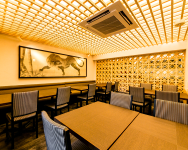 六本木駅徒歩1分に佇む一軒屋レストラン。和と洋がみごとに融合した内装で非日常を提供。