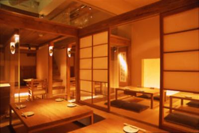 木の温もりを感じる落ち着いた空間で、豆腐料理を提供しています