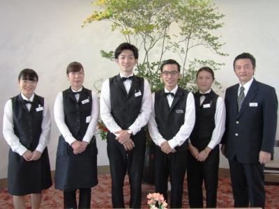 高原のレストランでサービススタッフデビューを歓迎!優しい先輩スタッフが丁寧にお教えします。