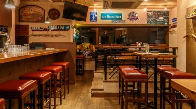 おいしいビールを中心に、たくさんの人々が集まりワイワイ楽しめる、そんなお店づくりをめざしています。