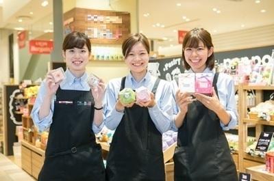 東京ソラマチにあるおこしのコンセプトショップ。多くの女性スタッフが活躍中!