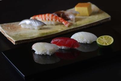 北新地で40年続く「かが万」の寿司部門をになう「さか卯」で、すし職人を募集。本格江戸前寿司をご提供。