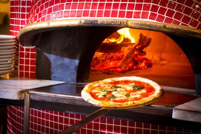 本場イタリア製の薪釜を使った焼きたてピッツァが自慢のお店。