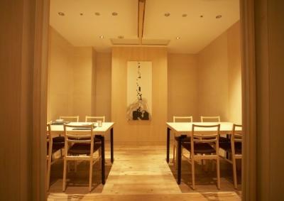 【日曜定休】大阪・堂島にある、スタイリッシュな日本料理店。将来、お店の中心メンバーになってくれる方大歓迎!20代〜30代のスタッフが仲良く働いています。