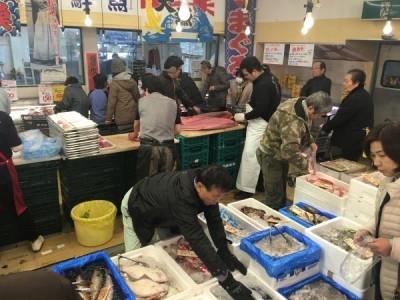 60代のスタッフが活躍中!活気とあたたかさにあふれる地域密着型スーパーにて、鮮魚調理スタッフを募集。