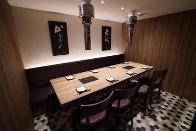 落ち着いたシックな店内には、個室も5部屋完備。ワインに合う肉料理をゆっくり味わえます。