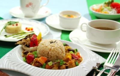 地元野菜などを使い、バラエティ豊かな料理を提供する料理人の募集。画像はレストラン「花暦」のランチ例。