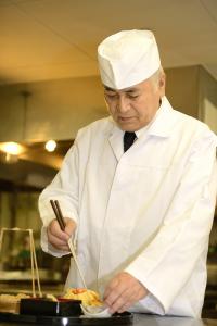 和食部門の総料理長、吉田。数々の名店で修行を積み、そしてフランスでも腕を振るった経験の持ち主