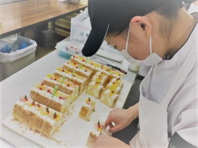 北堀江&玉造のパティスリー/ベテランシェフから学べる&商品数が豊富なので、幅広い製菓スキルが身につく!定着率とチームワークの良さが自慢の職場です。休日の相談OK