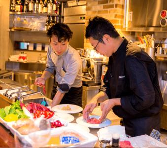 開放的なオープンキッチンで、お客さまと会話を楽しみながら調理ができます。