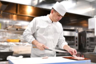 創業150年の老舗かき料理専門店で、未経験から和食の調理技術を身につけよう。