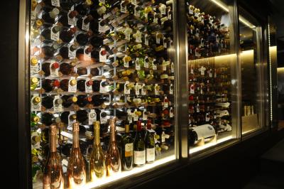 多数のワインを取り揃えています。ワインがお好きな方、是非当店で働きませんか。